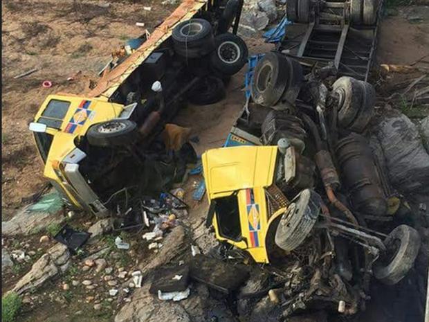 Motorista do caminhão perdeu o controle do veículo e caiu decima de uma ponte. (Foto: PRF-CE)