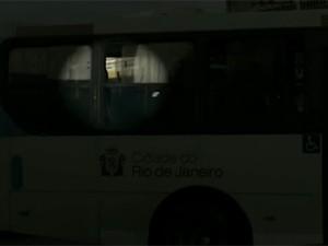 Imagens do ônibus em que foram feitos reféns (Foto: Reprodução/TV Globo)