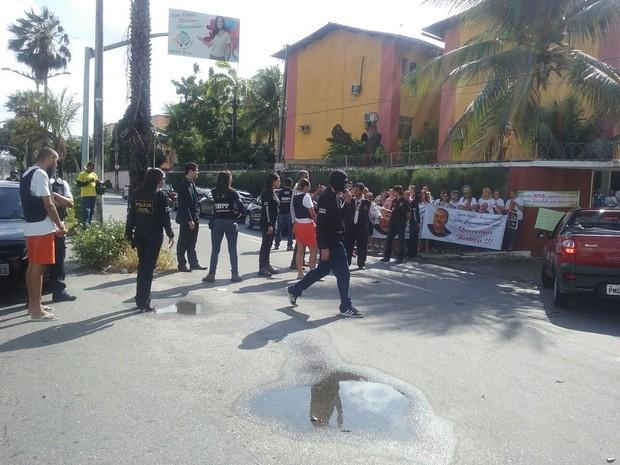 Amigos e familiares estiveram presentes na reconstituição (Foto: Sandro Luís/TV Verdes Mares)