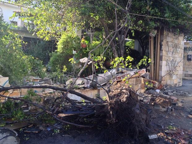 Muro de residência ficou destruído após acidente de carro (Foto: Kety Marinho/TV Globo)