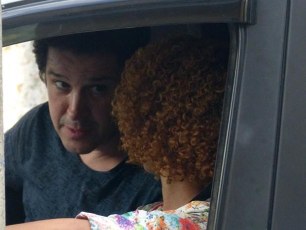 Já dentro do carro, rola um climinha entre os dois (Foto: Geração Brasil / TV Globo)