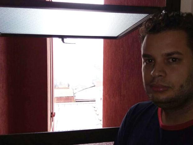 Fábio D'Ascola acompanhou o incêndio da janela do corredor do prédio onde mora (Foto: Fernando Evans/G1)