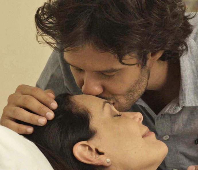 Penélope e Henrique descobrem que vão ter um filho (Foto: TV Globo)