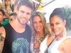 Carla Perez curte carnaval ao lado de ex-BBB em trio de Xanddy na Bahia