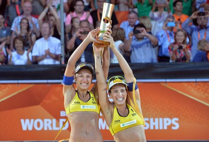 Bárbara e Ágatha, campeãs mundiais de vôlei de praia (Foto: FIVB/Divulgação)