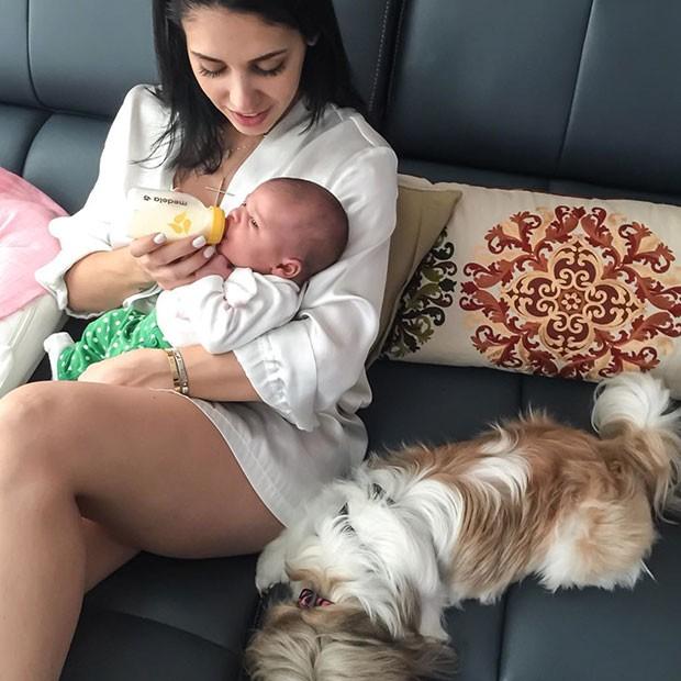 Bella Falconi posta foto dando mamadeira para filha e conta sua luta para fazê-la mamar no peito
