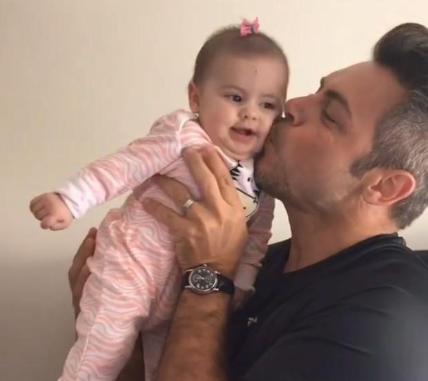 Luigi Baricelli com a neta, Helena (Foto: Reprodução/Instagram)