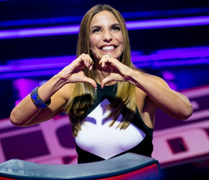 Fazendo um coração pra Claudinha Leitte (Foto: Isabella Pinheiro/Gshow)