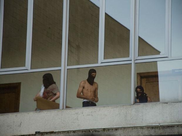No momento da ocupação, alguns manifestantes estavam sem camisa e encapuzados  (Foto: Divulgação / UFPR)