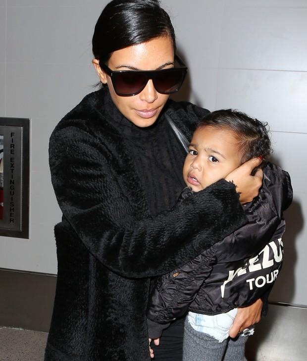 X17 - Kim Kardashian com a filha, Nori, em aeroporto de Los Angeles, nos Estados Unidos (Foto: X17online/ Agência)