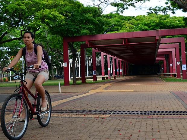 Jovem pedala pelo campus de Campinas da Unicamp (Foto: Lucas Jerônimo/G1)
