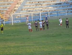 Gol de pênalti de Lalá  vitória do Altinho por 1 x 0 (Foto: Divulgação  / Alex Faustino  )