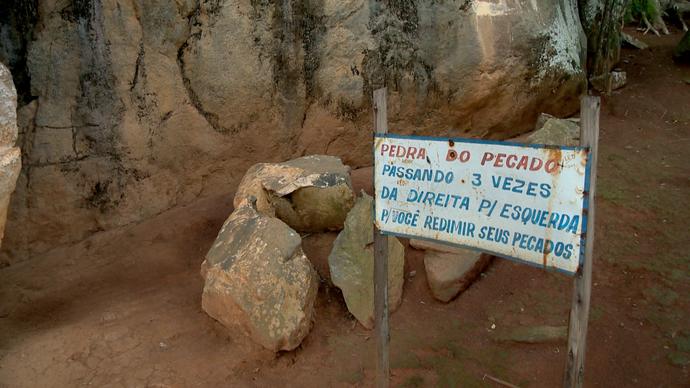 Placa indica o ritual que deve ser feito (Foto: Divulgação / TV Gazeta ES)