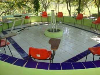 Pátio de reuniões em clínica de reabilitação (Foto: Salve a Si/Reprodução)