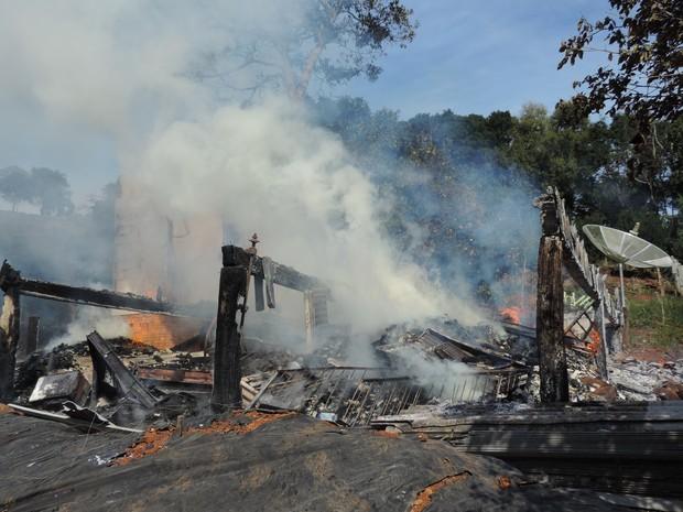 Casa foi destruída pelas chamas em Concórdia (Foto: Alex Pacheco/Atual FM)