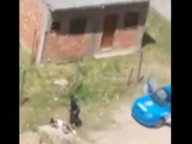 Mulher também foi agredida por PM em Caxias (Foto: Reprodução)
