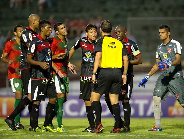 JOgadores do Linense reclamam com árbitro Robério Pereira Pires  (Foto: Marcelo Machado de Melo / Agência Estado)