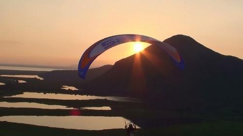 Brasileiro inicia hoje viagem de paramotor sobre os vulcões