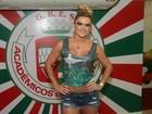 De shortinho e barriguinha de fora, Mirella Santos curte a Sapucaí