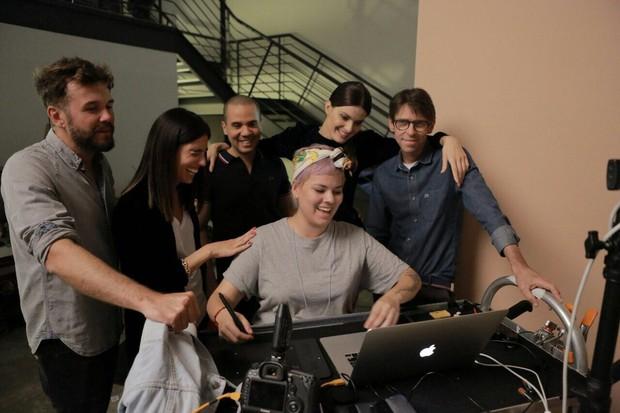 Isabeli Fontana nos bastidores de ensaio (Foto: Edu Lopes/Mundial/Divulgação)