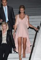 Look do dia: grávida, Rosie Huntington usa vestido bem sensual