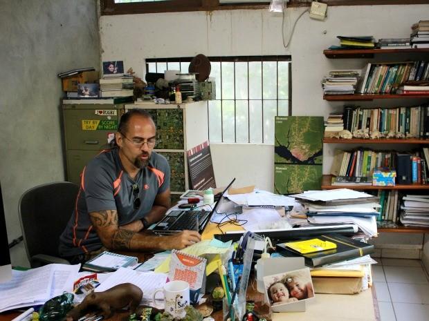 O biólogo Marcelo Gordo trabalha desde 1991 na Ufam (Foto: Marcos Dantas / G1)