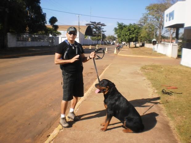 Adestrador com cão durante treinamento,