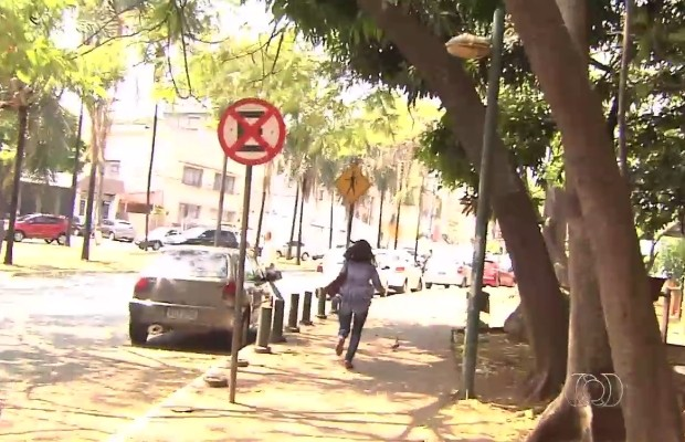 Servidora foge correndo ao ser questionada se batia ponto e não trabalhava na Assembleia Legislativa de Goiás (Foto: Reprodução/TV Anhanguera)