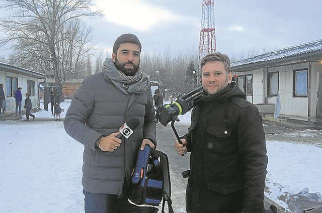 O repórter da GloboNews Rodrigo Carvalho num alojamento no Norte de Belgrado, com o cinegrafista sérvio Kovács Szilárd (Foto: Arquivo pessoal)
