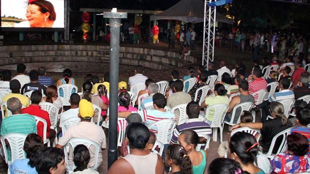 População de Itabaiana lota praça para lançamento da TV Digital (Francisco França/Jornal da Paraíba)