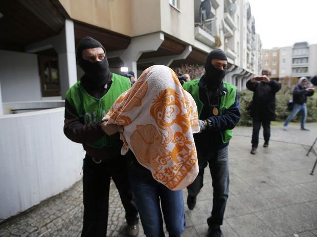 Homem é detido por policiais à paisana em Berlim. A polícia alemã informou que deteve dois argelinos 'suspeitos de estar em contato' com o grupo jihadista Estado Islâmico (EI) e busca outros dois em operações na capital e em outras duas regiões (Foto: Fabrizio Bensch/Reuters)