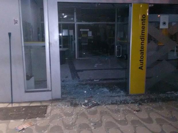 Entrada do Banco do Brasil foi destruída em Bertioga (Foto: Arquivo Pessoal)