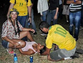 Manifestante desmaiada durante protesto na Esplanada dos Ministérios, em Brasília, nesta quarta-feira (26) (Foto: Gabriella Julie/G1)
