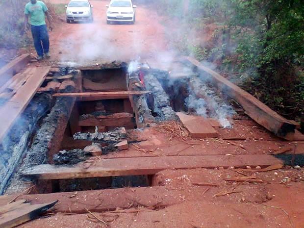 Ponte na Comunidade Limpo Grande, em Várzea Grande, foi destruída (Foto: Secretaria de Viação, Obras e Urbanismo de Várzea Grande (MT))