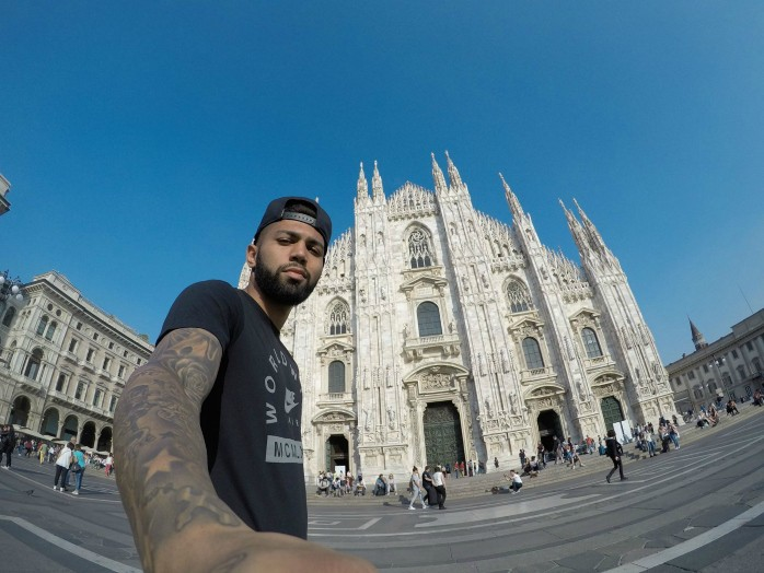 """BLOG: Em """"dia de turista"""", Gabigol tira selfie em principais pontos turísticos de Milão"""