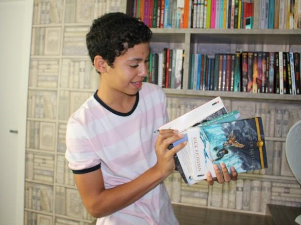 Gabriel lê em média um livro por semana (Foto: Romulo de Sousa/G1 AM)