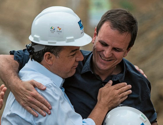 Sérgio Cabral e  Eduardo Paes se congratulam na obra da via TransOlímpica,em 2013 (Foto: YASUYOSHI CHIBA/AFP)
