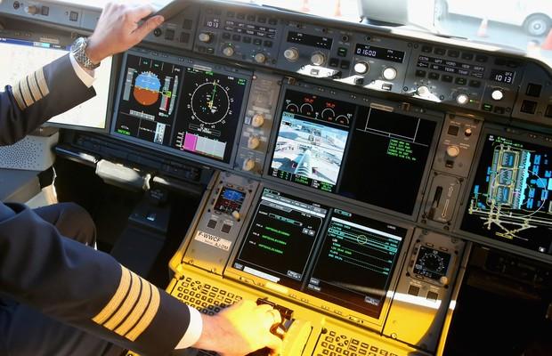 Cabine do piloto de um Airbus 350, utilizado pela companhia aérea alemã Lufthansa (Foto: Getty Images)