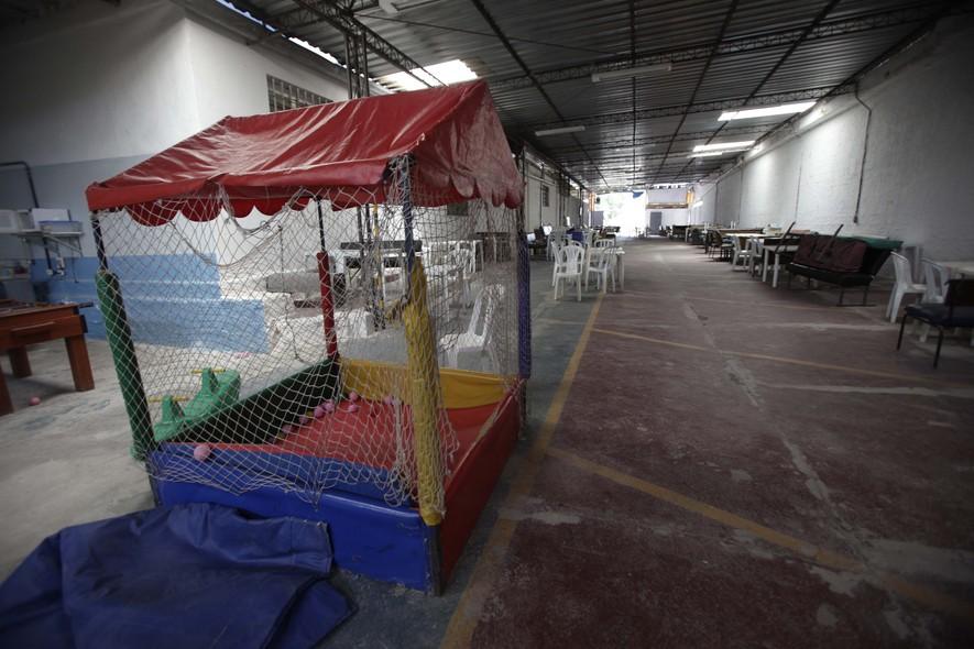 No espaço para visitas, uma piscina de bolinhas distrai os filhos dos detentos