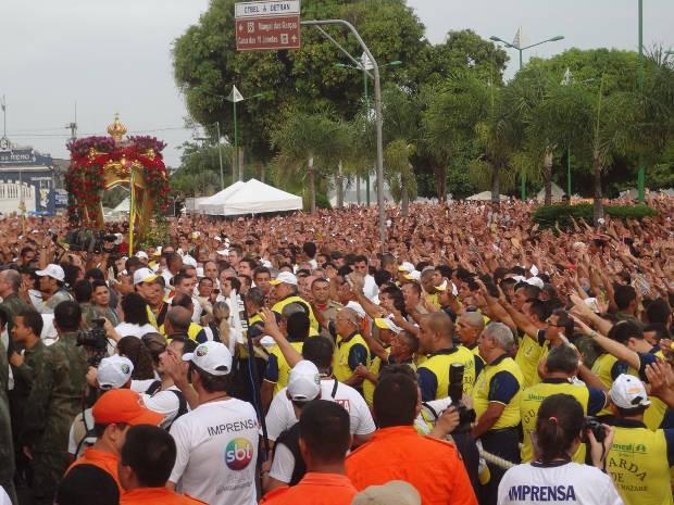 Fiéis lotaram a Praça Frei Caetano Brandão antes da procissão. (Foto: Ingrid Bico/ G1 PA)