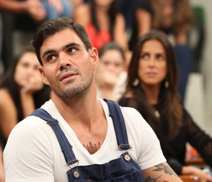 Juliano Cazarré conversa com a plateia do Altas Horas (Foto: Carol Caminha/Gshow)