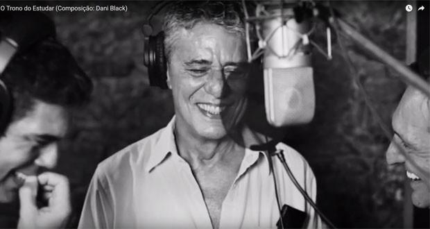 Chico Buarque ao lado de Dado Villa-Lobos e Paulo Miklos durante gravação da musica (Foto: Reprodução/YouTube)