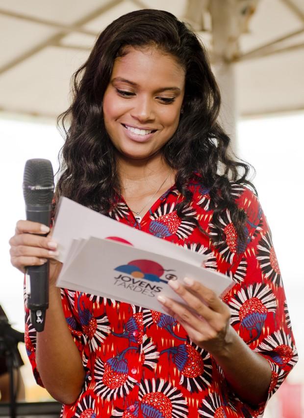 Aline Dias foi a apresentadora do Projeto Jovens Tardes no domingo (5) (Foto: Mariana Ares)