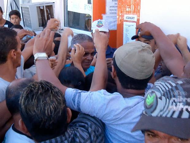 Vacinação no Hospital do Jardim Esperança é mercada por confusão (Foto: Alcimar Costa/Inter TV)