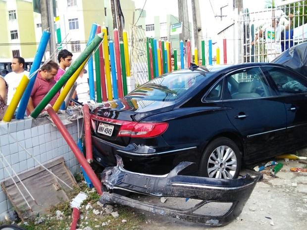 Segundo diretora, carro bateu em pilar e voou por cima do muro (Foto: Marksuel Figueiredo/Inter TV)