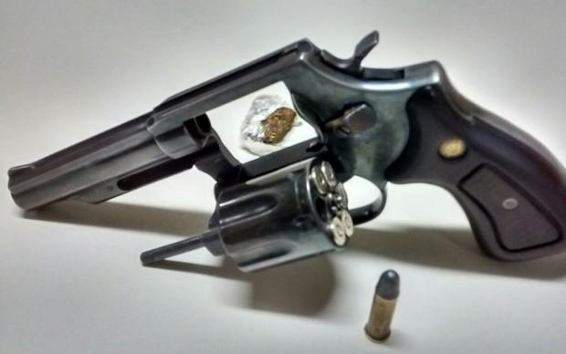 Arma foi localizada pela PM durante busca veicular (Foto: Polícia Militar/Cedida)