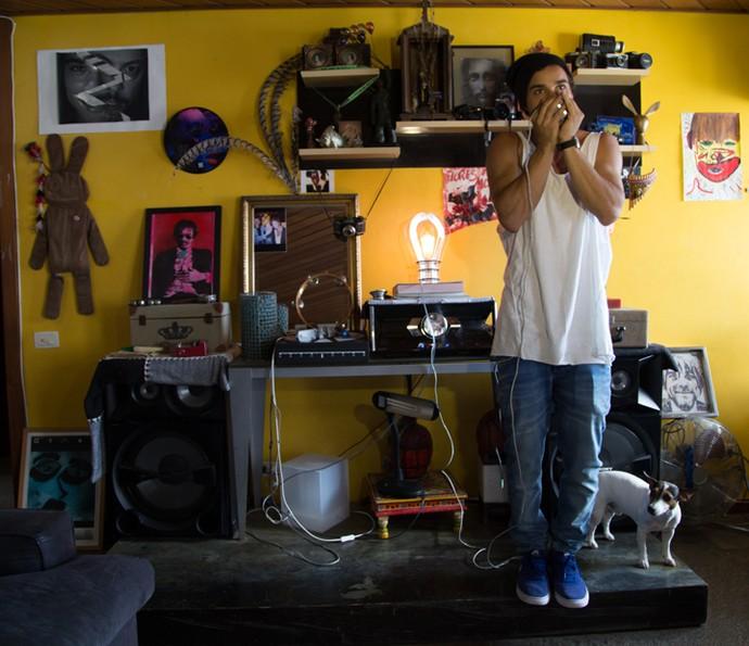 Pablo Morais monstra o cantinho da música de seu apartamento (Foto: Thiago Fontolan/Gshow)