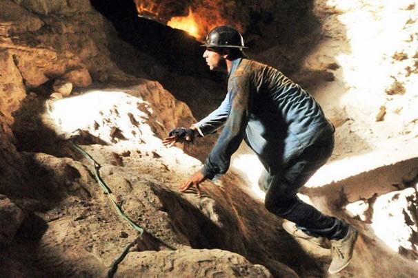 Cassiano tenta fugir, mas é impedido por capangas de Dom Rafael (Foto: Rede Globo)