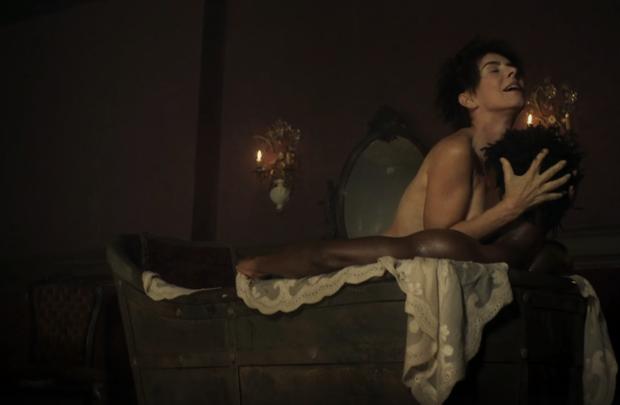 Maitê Proença e David Junior em cena de sexo em Liberdade, Liberdade (Foto: Reprodução/Globo)