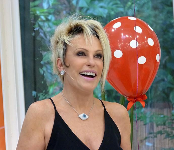 Ana Maria Braga com colar curtinho em formato de olho (Foto: Mais Você / Gshow)